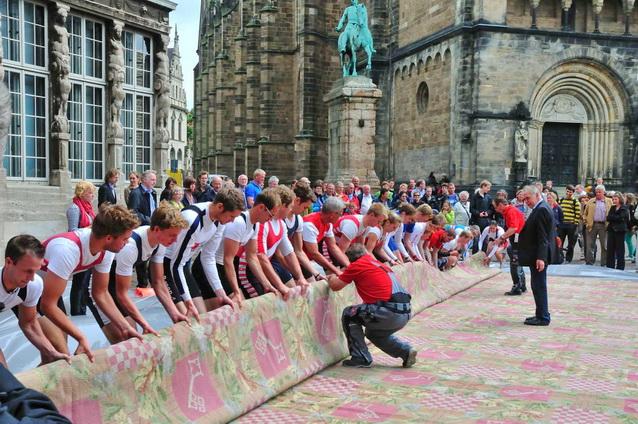 Ruderer renovieren das Weltkulturerbe Bremer Rathaus